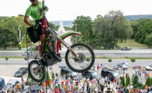 Moto   On the vertical with Off Road Motorcycle